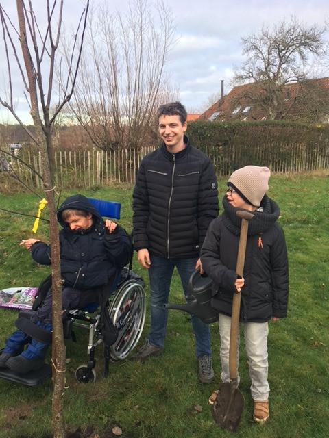 Het appelboompje is zojuist geplant bij De Jonge Jan