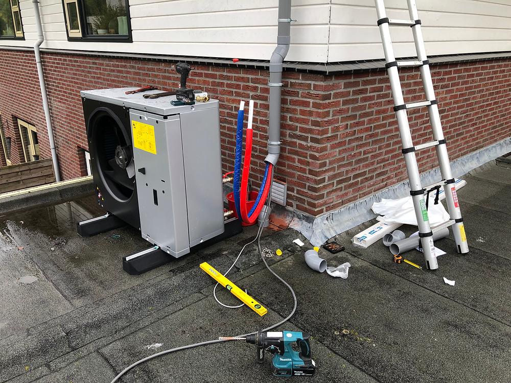 Leidingen warmtepomp door PVC-buis