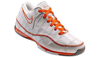 Basketbalschoen van Nike gemaakt van restmateriaal
