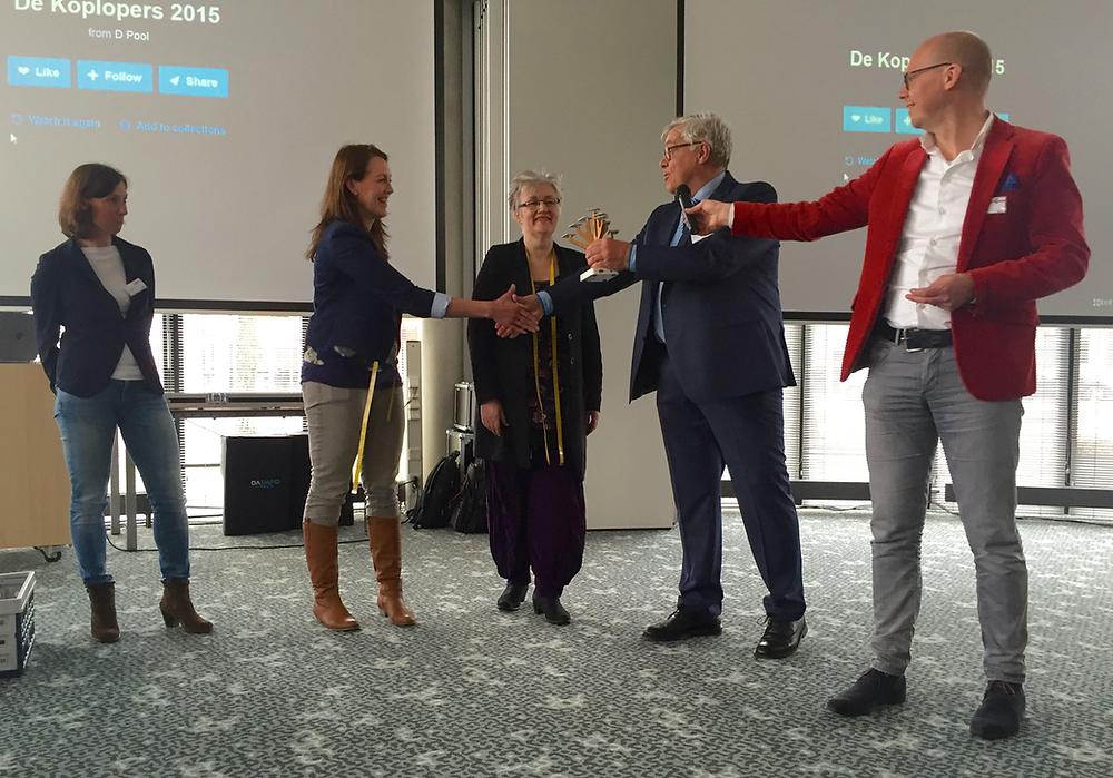 Lies en Frouwkje Ekhart ontvangen de Koploperprijs uit handen van wethouder Hans Welle