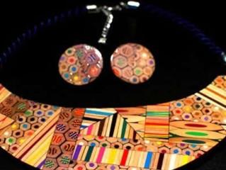 Uma designer que transforma lápis de cor em joias geométricas ou listradas