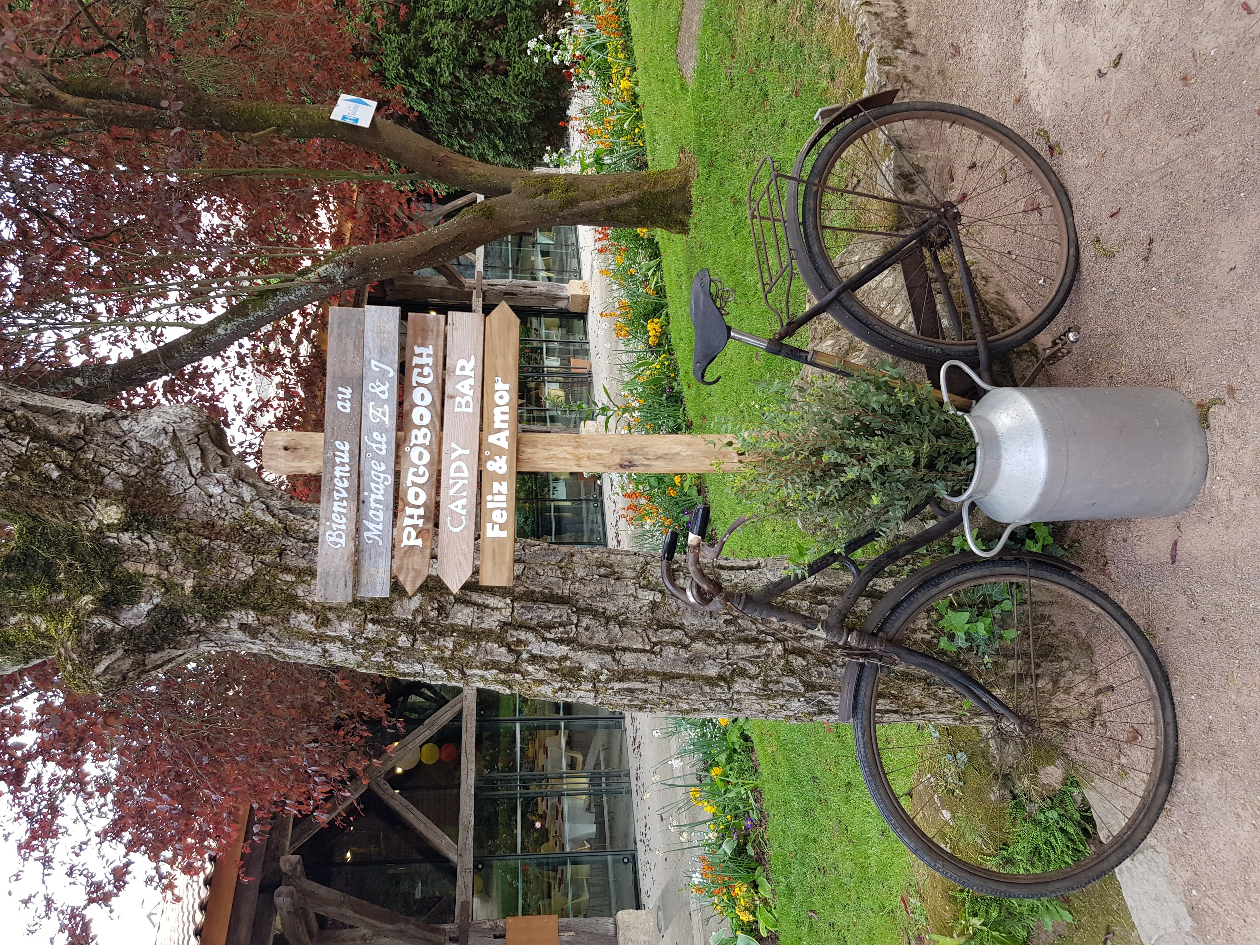 Panneau directionnel et Vélo vintage