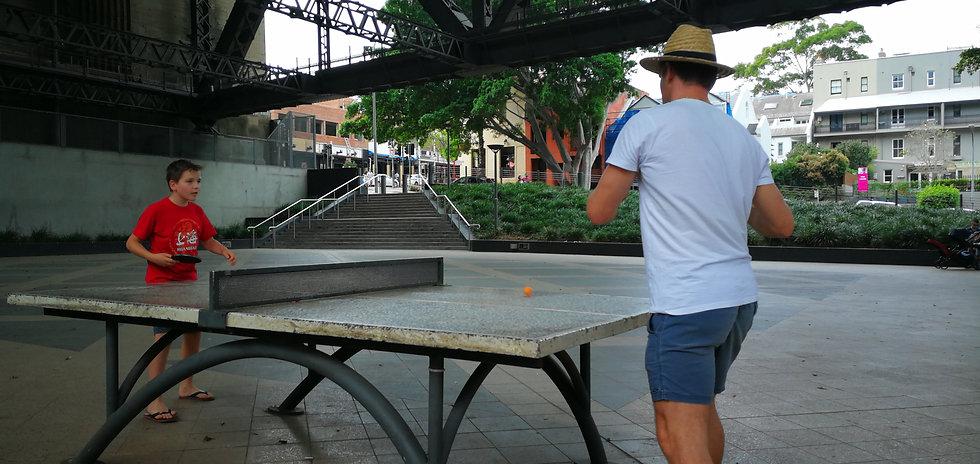 Ping-pong a Harbour-híd alatt
