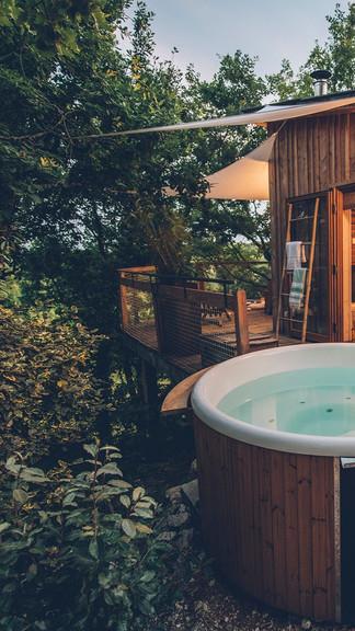 Deux Cabanes Perchees Avec Spa Et Sauna Privatifs De Style Scandinave