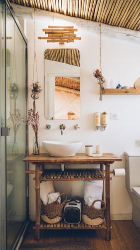une petite salle de bain tout confort