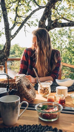 petit déjeuner en terrasse à Pella roca Cabane & spa