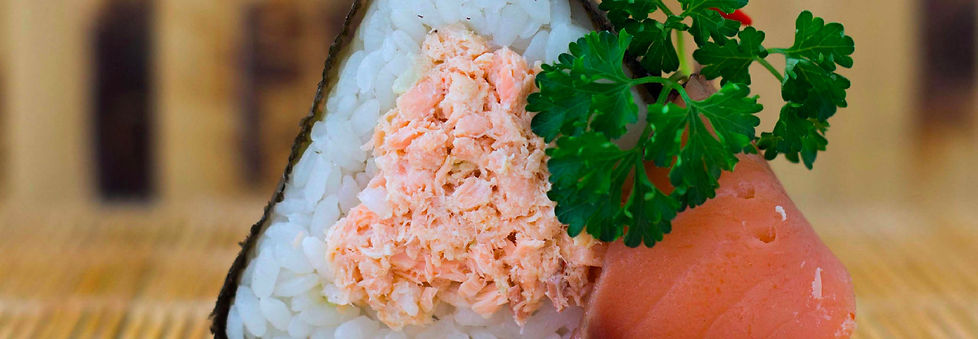 онигири с лососем