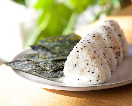 онигири японский рисовый треугольник завернутый в нори
