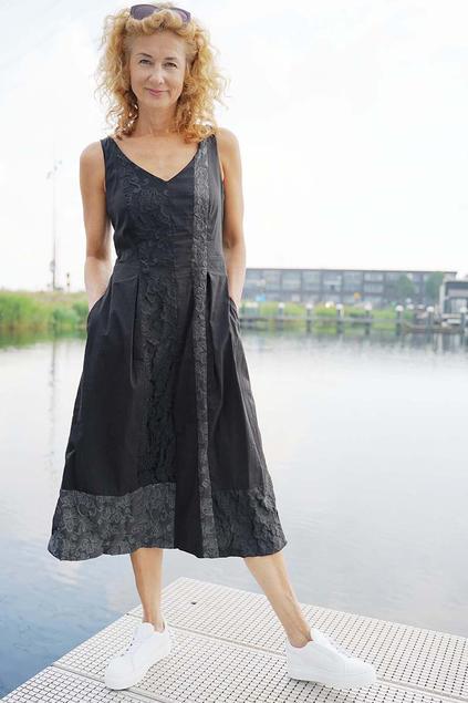 Black Jacquard Dress. Patchwork van katoenen poplin en de twee zijden van een bloemen jacquard.