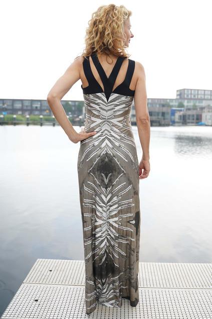 'Tattoo' Dress met Brons print en bijzondere hals.
