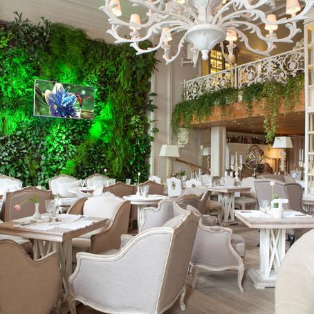 Зеленая стена преобразила российский ресторан