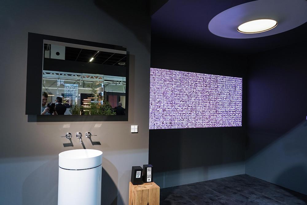 Hier im high-tech Bad der Sinne: Aquamoon Dusche bei Dornbracht mit digitalem Glasmosaik von Volatiles