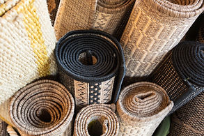 Aufgerollte Teppiche