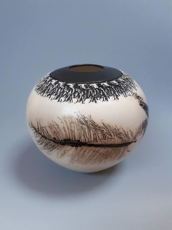Round pot in black and white