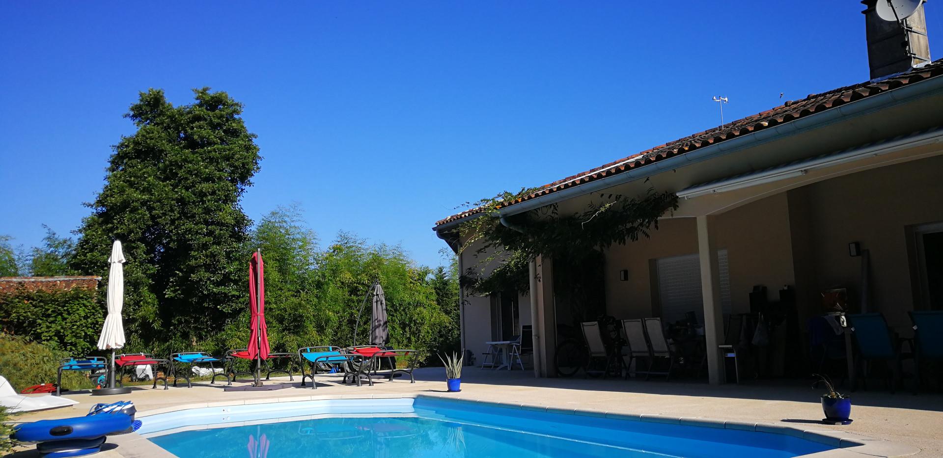 La terrasse et la piscine.jpg
