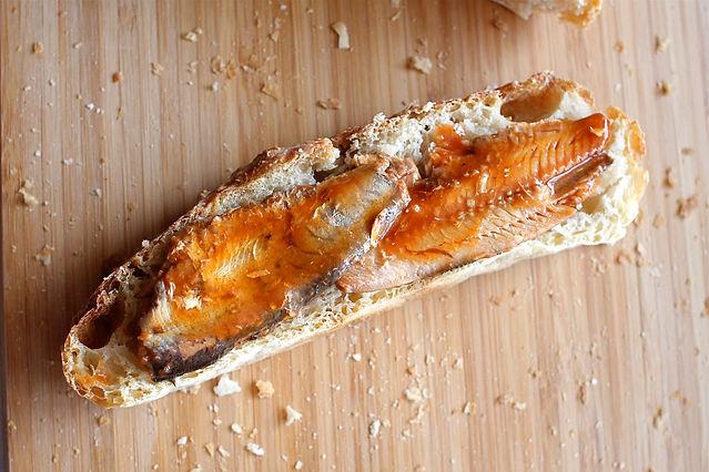 Sardines in blik op stokbrood