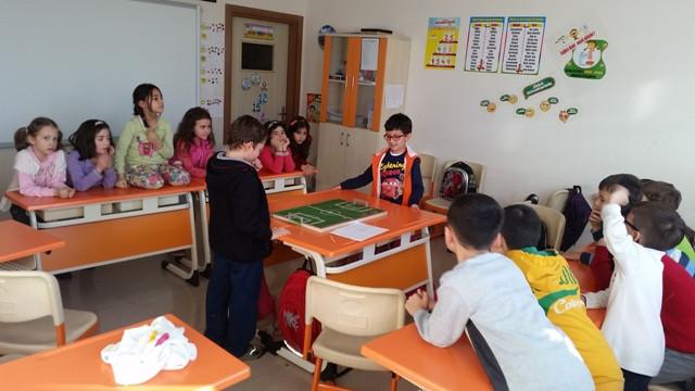 Sınıfta çivi futbolu oynarken