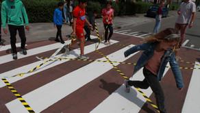 Kinderen openen zebrapad aan Floresstraat