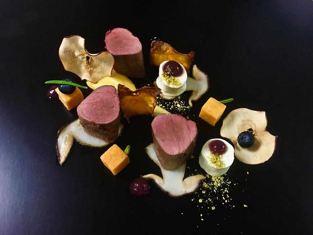 Wildschweinfilet mit Poivrard-Sauce Süsskartoffel und Apfel-Rotweinpürée Pochierte Birne mit Speck-Panna-Cotta