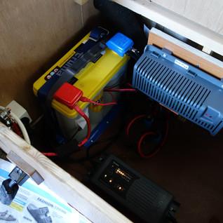 Die Batterie, die Steuerung und das Ladegerät sind nahe beieinander. Wir bauen die Batterie und das Ladegerät Bedienerfreundlich ein, so dass beides vor dem Einwintern des Wagens mit wenig Aufwand herausgenommen werden kann um die Batterie zu Hause im Keller zu überwintern.