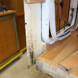Auch hier wurde das verfaulte Holz heruasgeschnitten worden, um die Wand neu aufbauen zu könnnen.
