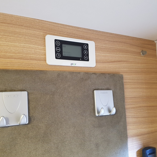 Das Bedienteil ist in die Kleiderschrankwand eingebaut. Über dieses Bedienteil wird die Brennstoffzelle eingeschaltet und wichtige Einstellungen vorgenommen.