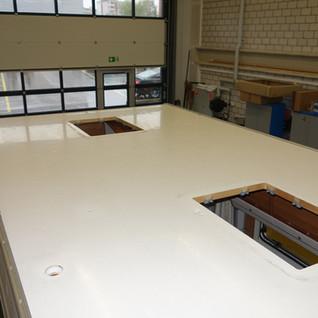 Das Dach wird gründlich gereinigt. Alle Dachhauben, das Kamin und die Kantenleisten werden demontiert.