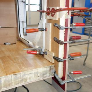 Neues Holz wird zugeschnitten, eingepasst und eingeklebt.