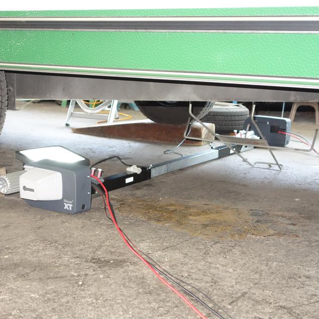 Die Antriebe werden vor der Montage mit dem Mitteteil verbunden.