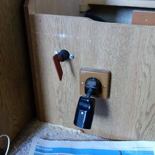 Mit diesem Trennschalter wird die Steuerung von der Batterie getrennt. Somit kann die Steuerung die Batterie nicht tiefentladen.