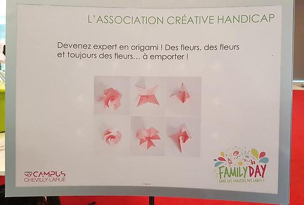 """Photo de l'affiche avec ecrit """"Devenez expert en origami ! Des fleurs, des fleurs et toujours des fleurs... à emporter"""""""