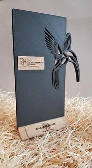 Photo du trophée pour la banque de france avec un oiseau découpé dans une plaque