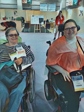 Photo de deux femmes en fauteuils présentent lors de l'événement