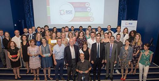 Photo des lauréats avec le prix de Créative handicap