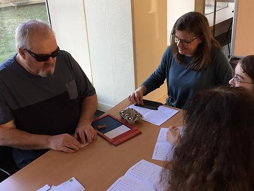 Photo de Didier Roulé en train de faire une sensibilisation au braille