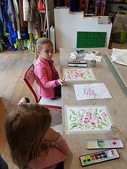 photo de deux jeunes filles en train de faire de l'aquarelle