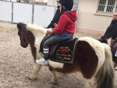Photo de Jonas, jeune garçon autiste sur un poney