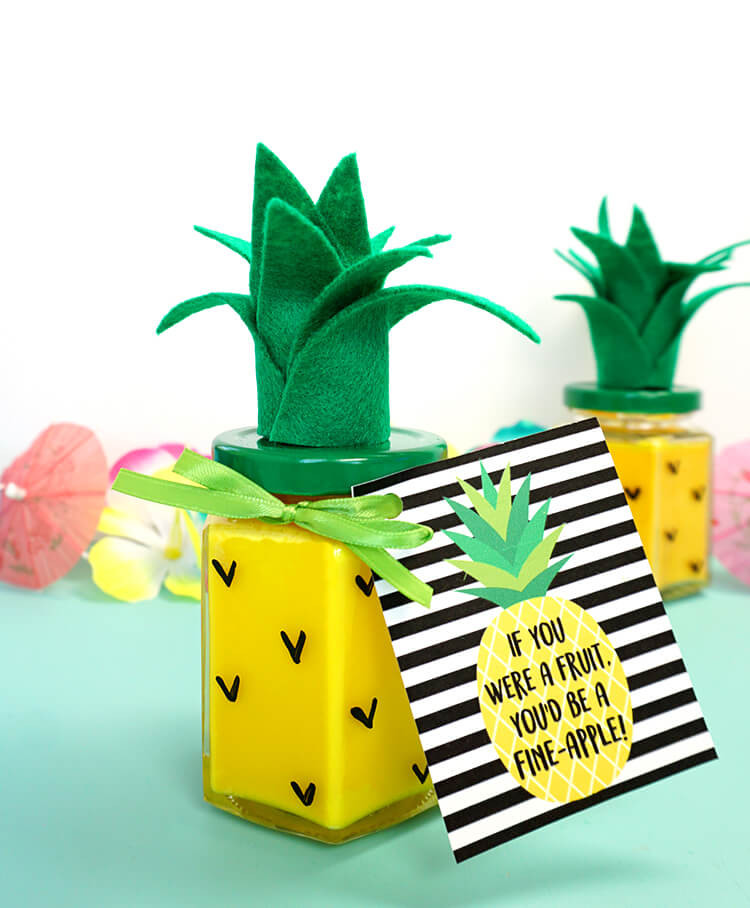 Pineapple-Candle-with-Gift-Tag