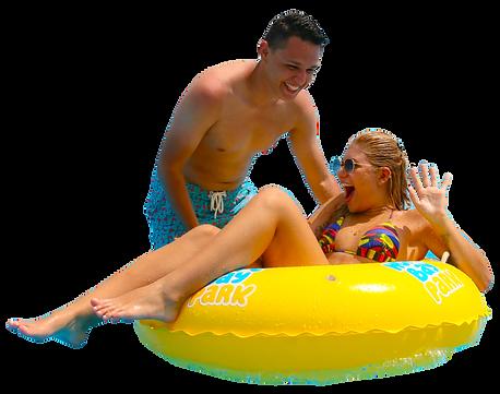 casal na piscina com boia.png