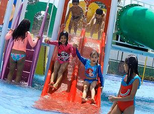 crianças na piscina hope bay.jpeg