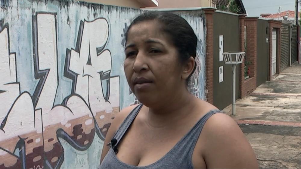 A moradora Lucélia Aparecida da Costa diz que o problema de falta dágua em Estiva Gerbi é antigo. — Foto: VANDER FILHO