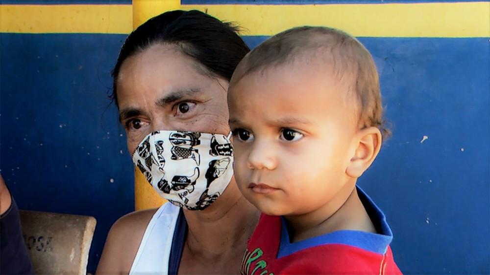 Moradora do distrito, Adriana Freitas diz não saber o destino do esgoto. — Foto:  VANDER FILHO