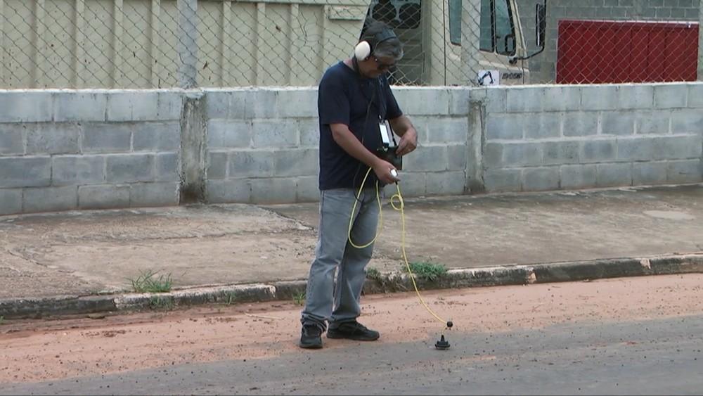 Técnico utilizando o geofone para detectar pontos de vazamento d'água no Parque São José. — Foto: VANDER FILHO.