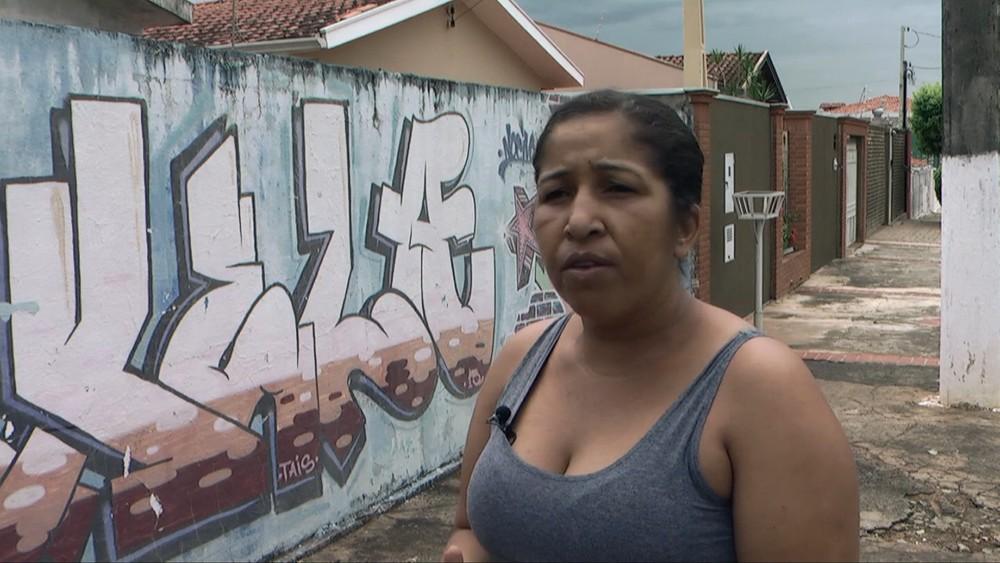 Após ficar sabendo das ações a moradora Lucélia diz esperar que a Concessionária resolva este problema tão antigo. — Foto: VANDER FILHO.
