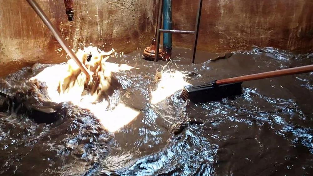 """Funcionários lavando o fundo do """"Reservatório do Cristo"""" / FOTO: VANDER FILHO"""