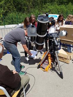 Avec un télescope et une projection