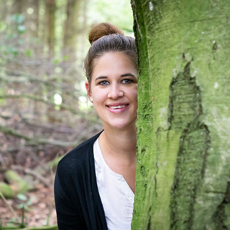 Rhena mit Baum im Wald