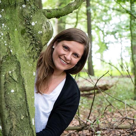 Ann-Kathrin mit Baum im Wald