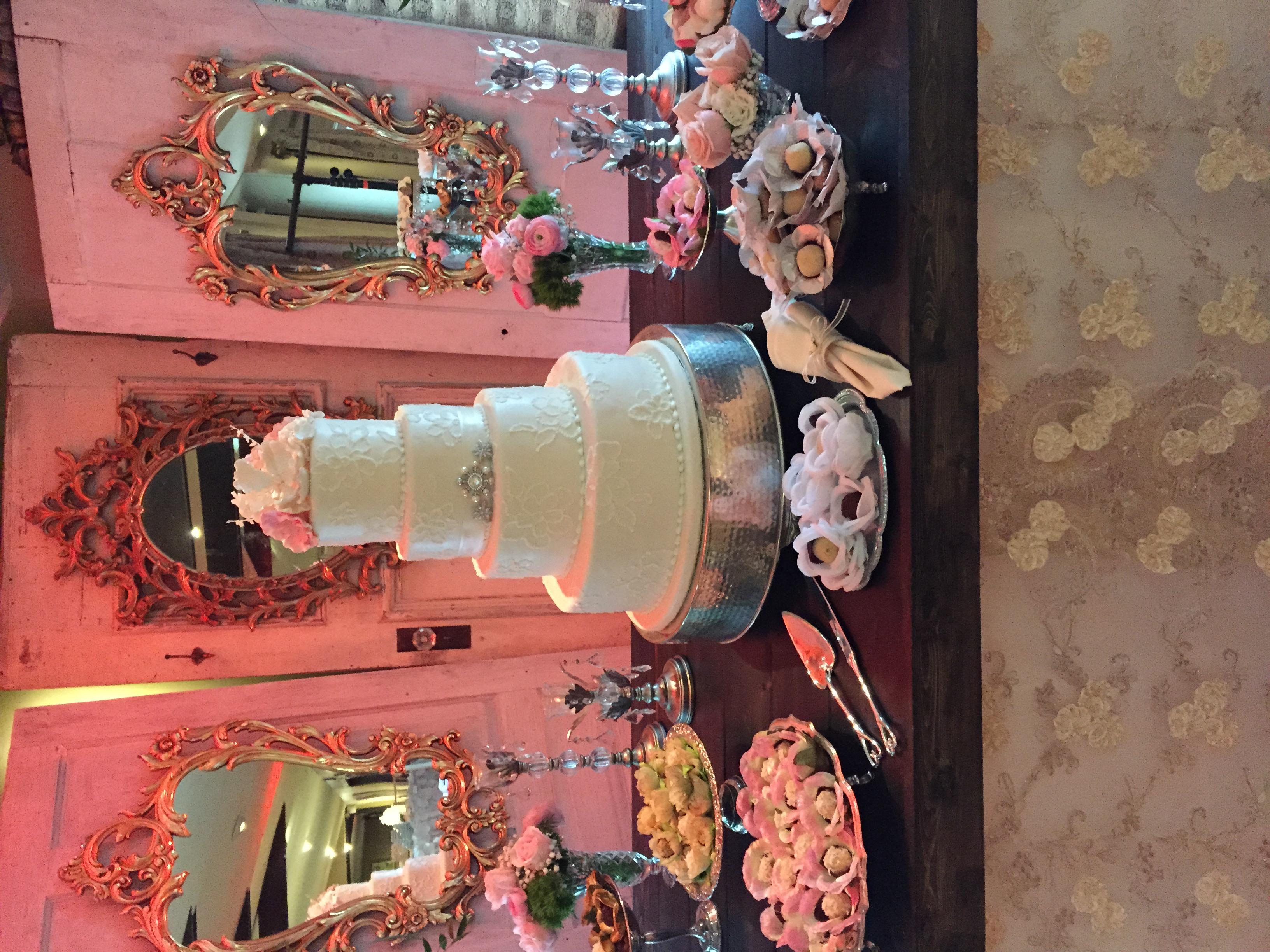 Wedding Cake wPastries4 Display