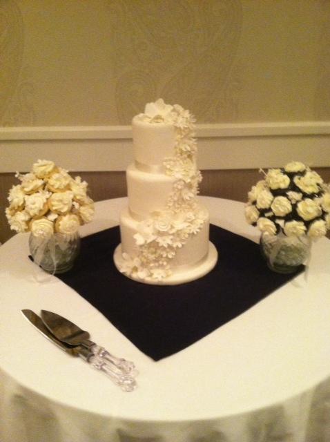 Wedding Cake wCupcake Bouquet1 Display